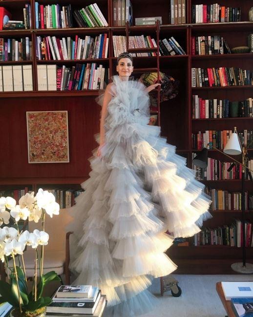 """""""베니스에서 열리는 'Save Venice Benefit'에 참석하기 위해 지암바티스타 발리의 쿠튀르 드레스를 입었어요. 집에서 입어봤더니 마치 도서관의 쿨한 사서 룩이 되었네요."""""""