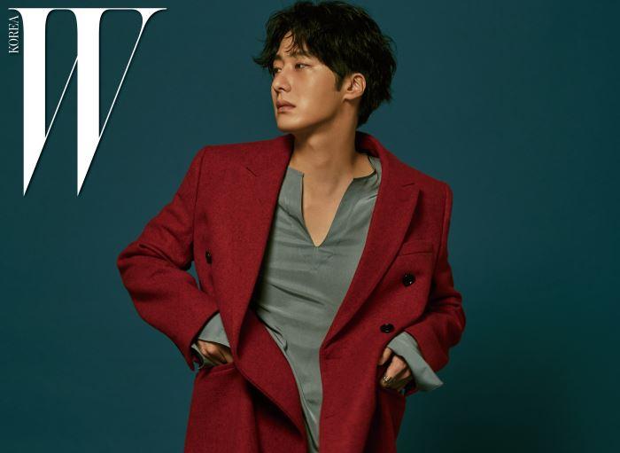 빨간색 롱 코트는 디올, 회색빛 실크 톱은 김서룡, 반지는 프리카 제품.