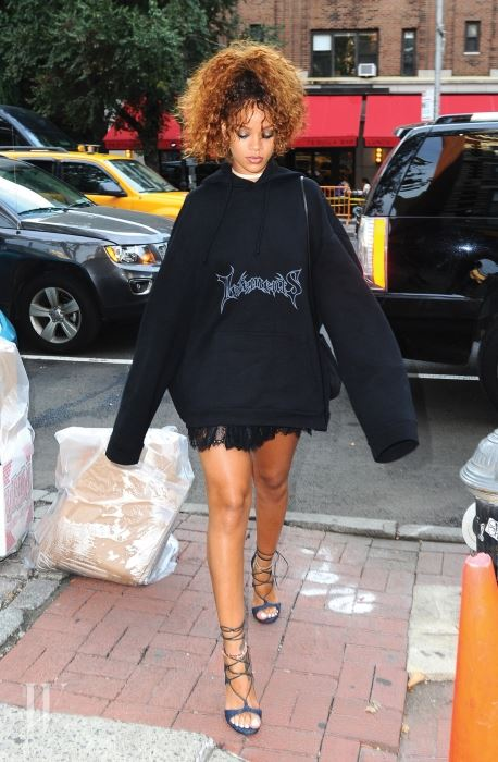 Rihanna heads to Da Silvano rocking a oversized sweater in NYC Pictured: Rihanna Ref: SPL1097427  110815   Picture by: Splash News Splash News and Pictures Los Angeles:310-821-2666 New York:	212-619-2666 London:	870-934-2666 photodesk@splashnews.com
