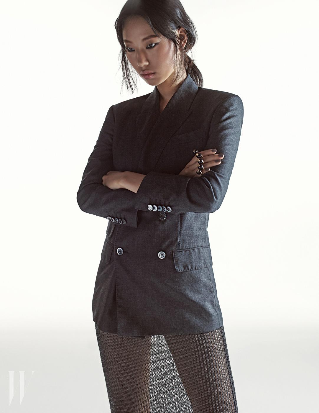 회색 재킷은 2백65만원, 진주 반지는 74만5천원 구찌 제품. 속이 비치는 니트 스커트는 질샌더 제품. 가격 미정.