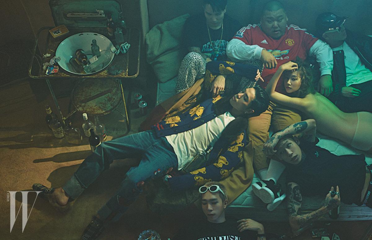 왼쪽부터 시계 방향으로|레디가 입은 테디베어 문양의 퍼 칼라 카디건과 데님 팬츠, 셔츠와 로퍼는 모두 Gucci 제품, 정환욱이 입은 팬츠는 Nudebones 제품, 티셔츠와 목걸이는 본인 소장품, 춘식이 입은 축구팀 유니폼은 Adidas 제품, 킹맥의 모자와 점퍼는 99%is-, 티셔츠는 CP 제품, 팬츠와 선글라스는 본인 소장품, 여연희가 입은 누드 브리프는 La Perla 제품, 한승재가 입은 검은색 티셔츠와 팬츠는 Supreme 제품, 김욱이 입은 티셔츠는 Won I Closed 제품, 선글라스는 본인 소장품.