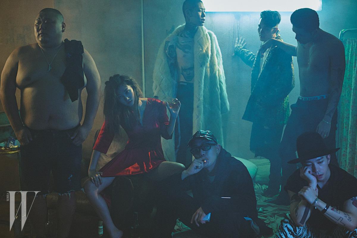 왼쪽부터 시계 방향으로|춘식의 데님 팬츠와 목걸이는 본인 소장품, 여연희가 입은 빨강 실크 드레스는 Johnny Hates Jazz 제품, 한승재가 입은 퍼 코트는 87MM 제품, 팬츠는 본인 소장품, 정환욱이 입은 레오퍼드 코트는 Supreme, 팬츠는 Saint Laurent 제품, 레디가 입은 팬츠와 슈즈는 Gucci, 김욱의 모자와 셔츠는 본인 소장품, 킹맥의 후드 티셔츠와 모자는 99%is- 제품.