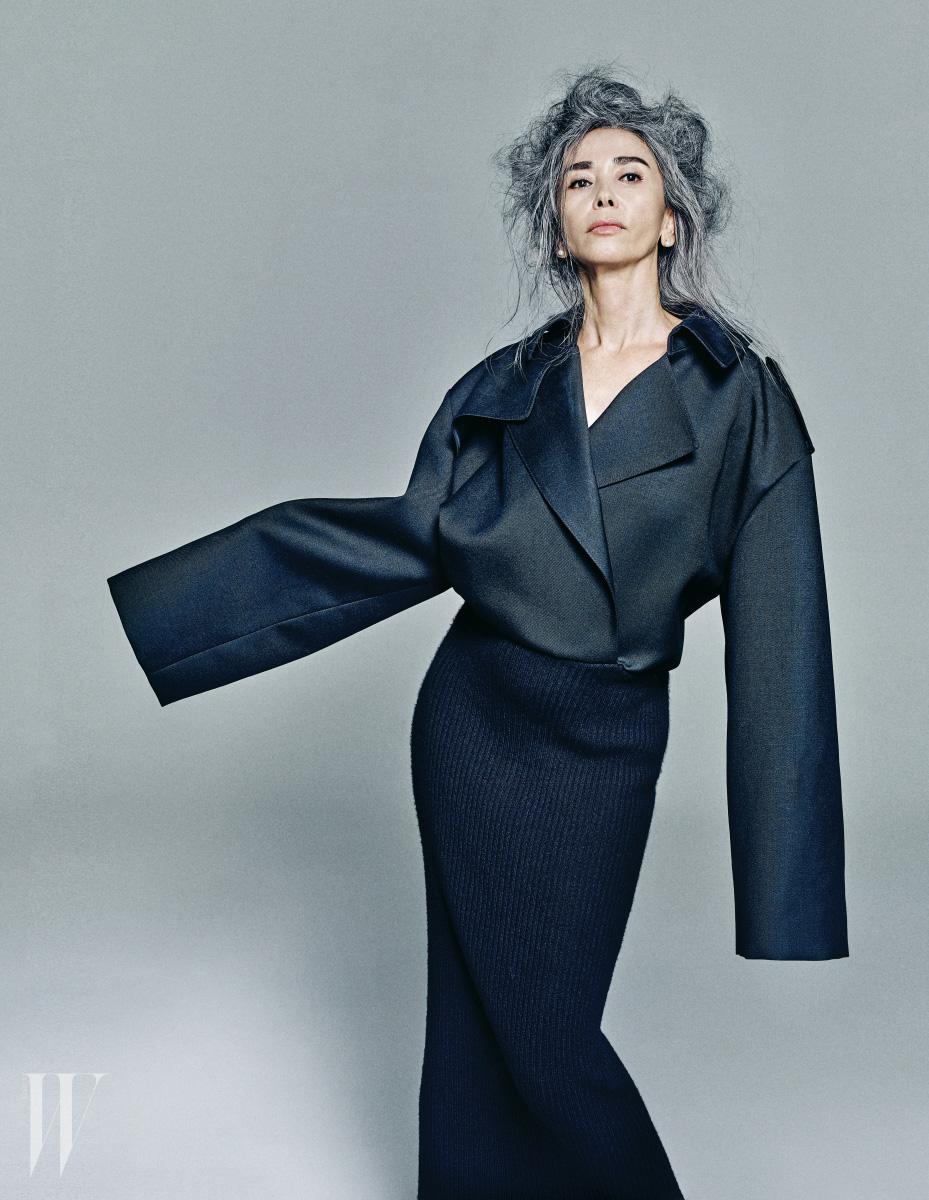 큼직한 테일러드 셔츠와 니트 스커트가 붙은 형태의 아방가르드한 드레스는 DKNY 제품.
