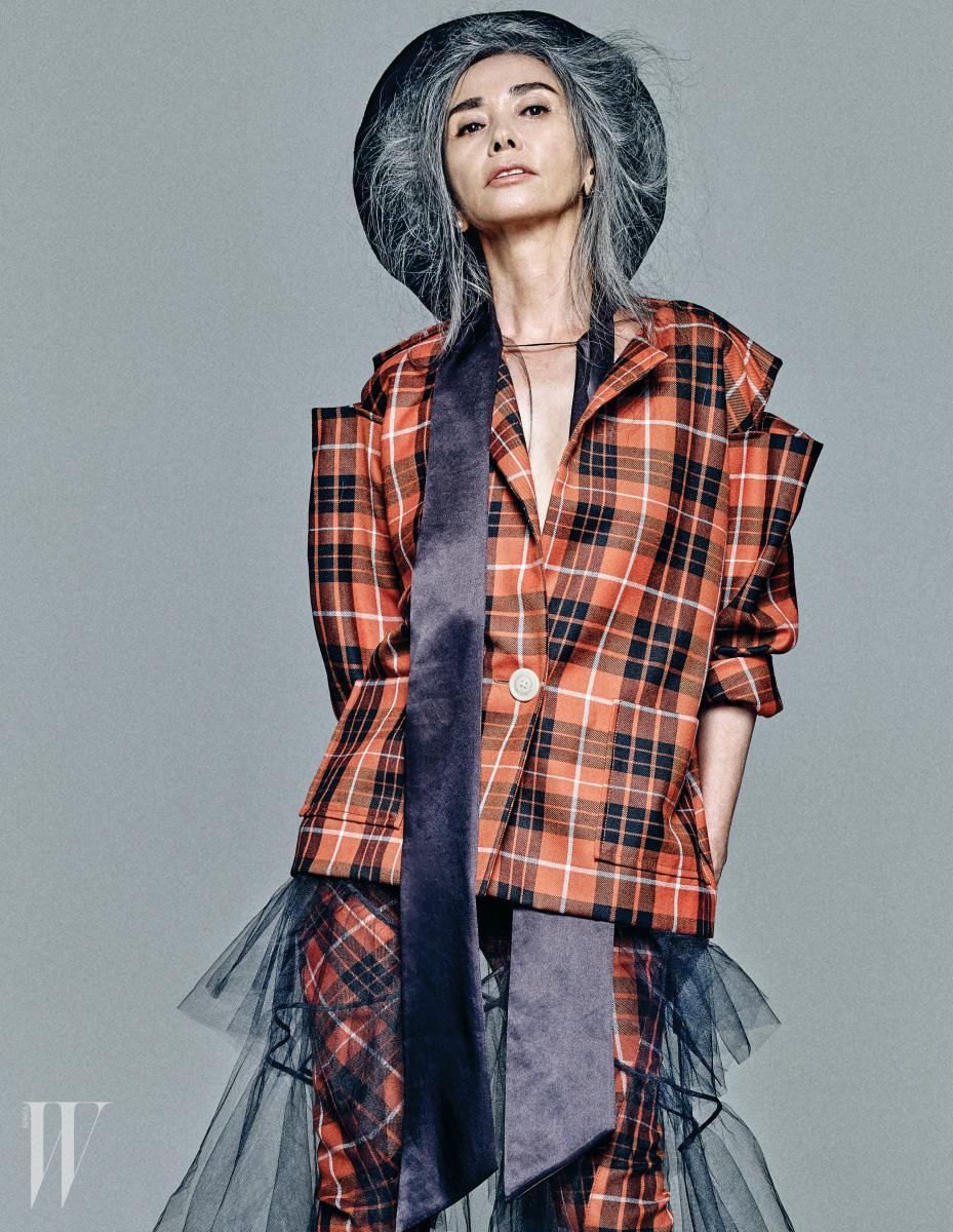 클래식한 타탄체크 패턴의 재킷과 팬츠는 Vivienne Westwood, 새틴 보 장식의 튤 드레스는 YCH, 커다란 검정 베레는 Charm's 제품.