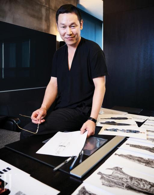 자신의 사무실에서 디자인 작업 중인 CFDK 신임 회장 송지오.