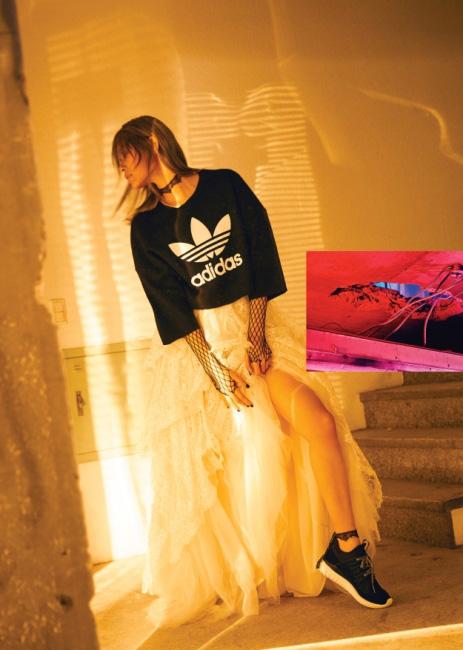 층층이 레이스로 장식된 드레스는 H&M Conscious, 뒷면의 플리츠 장식이 특징인 새틴 소재 검정 롱코트는 Johnny Hates Jazz, 로고 프린트의 검은색 반소매 티셔츠와 튜블라 래디얼(Tublar Radial) 스니커즈는 모두 Adidas Originals 제품.