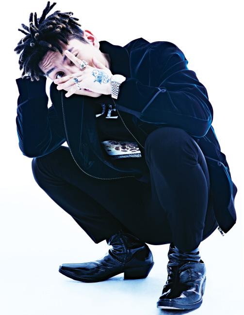 벨벳 소재 블루종은 생로랑, 안에 입은 검은색 로고 티셔츠는 로에베 by 쿤, 반지는 라디얼 by 하이드앤라이드 제품. 검은색 팬츠와 슈즈는 스타일리스트 소장품.