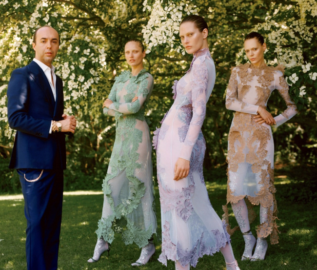 파리 쿠튀르 데뷔전을 치른 이탤리언 디자이너 프란체스코 스코냐밀리오. 모델들이 입은 쿠튀르 드레스는 모두 Maison Francesco Scognamiglio 제품.