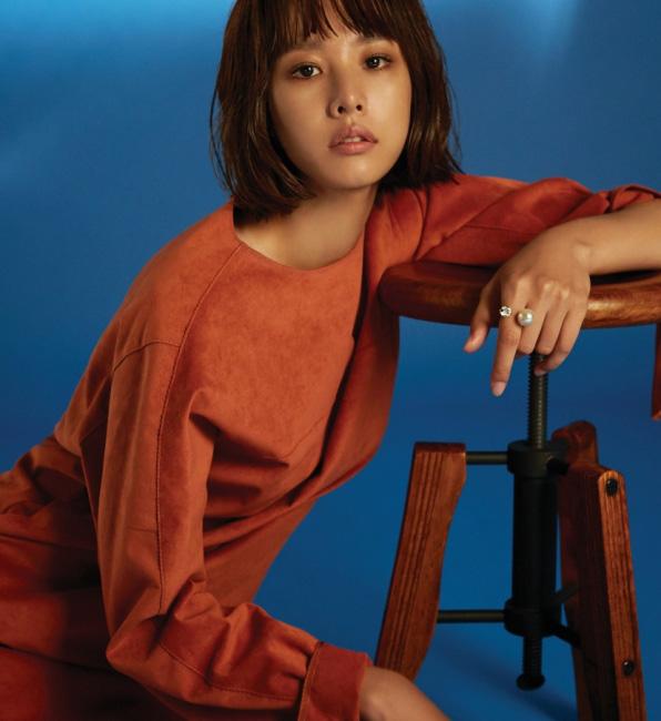 리본으로 연출할 수 있는 소매 디테일이 독특한 스웨이드 소재 느낌의 드레스, 여성스러우면서도 모던한 진주 포인트 링은 Lanvin Collection 제품.