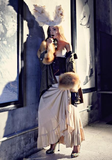 펄이 들어간 골드 롱 슬립 드레스는 YCH, 와인 색상의 에나멜 가죽 소재 코르셋은 Nohke, 양쪽 소매에 퍼를 풍성하게 장식한 밀리터리 재킷과 슈즈는 Miu Miu, 파리 누벨바그 컬렉션의 신비로운 코발트 색상 반지와 아뮬레뜨 목걸이는 Cartier 제품.