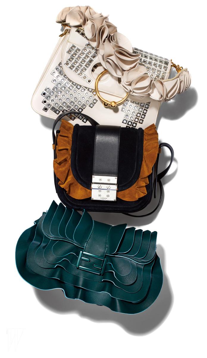 위부터 ㅣ 러플을 핸들에 장식한 가방은 J.W. 앤더슨, 덮개 주변을 스웨이드 러플로 장식한 핸드백은 랑방 제품, 풍성한 러플 장식 핸드백은 펜디 제품.