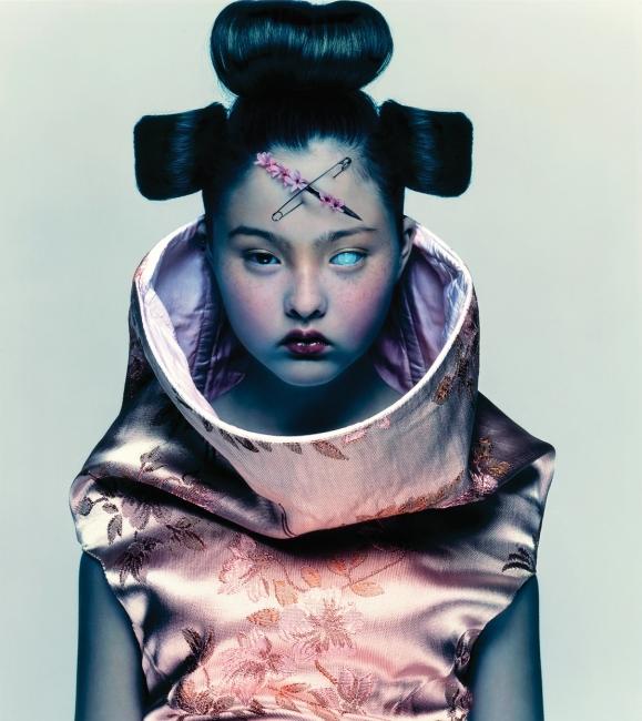 """알렉산더 매퀸을 입은 데본 아오키(1997). 자신의 책 표지로 선택한 이 사진에 대해 닉 나이트는 """"내가 사랑하는 많은 것들, 많은 이야기, 그리고 나의 감정들이 담긴 컷""""이라고 더블유와의 인터뷰에서 밝혔다."""