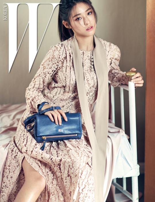 지퍼 장식 숄더백은 해지스 액세서리 제품. 꽃무늬 레이스 드레스는 N.21 by 라움 제품.