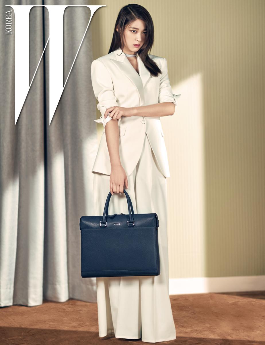 핸드백, 크로스백으로 연출 가능한 가방은 해지스 액세서리 제품. 슈트는 로드 앤 테일러 포 우먼 제품,