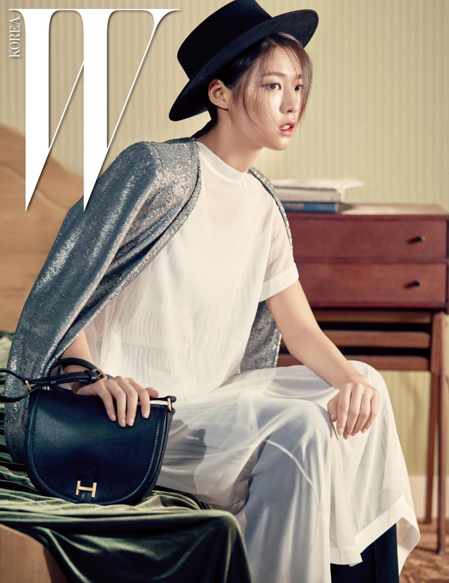 클래식한 로고 장식 가방은 해지스 액세서리 제품. 시스루 드레스는 DKNY 제품, 통 넓은 팬츠는 조셉 by Raum 제품, 시퀸 재킷과 모자는 스타일리스트 소장품.
