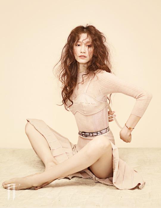 누드 톤의 니트 소재 브라렛과 드레스, 이그조틱 가죽 벨트는 모두 Bottega Veneta, 핑크 골드에 시트린 원석이 세팅된 무사 컬렉션의 팔찌는 Bulgari 제품.