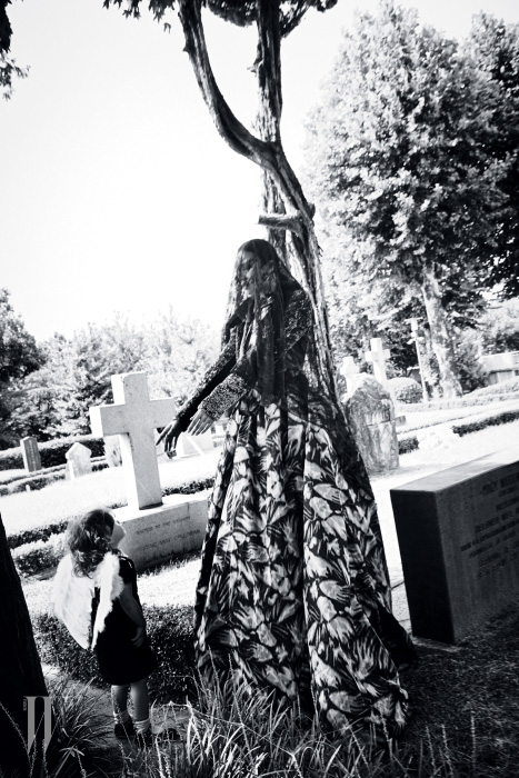 반짝이는 재킷, 리본 장식 드레스는 모두 Marc Jacobs, 아기 모델의 벨벳 드레스, 신발은 모두 Bonpoint 제품.