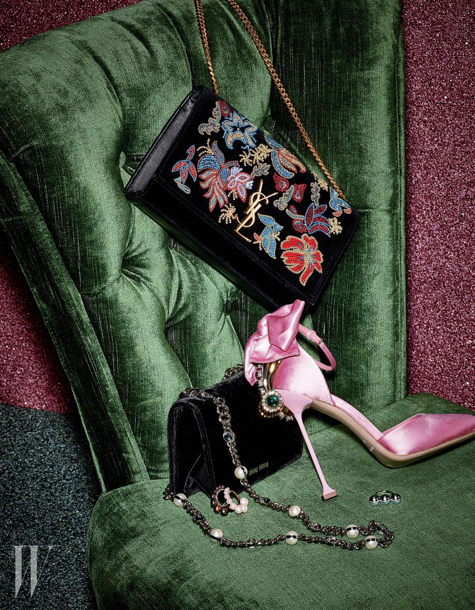 색감이 화려한 자수 모티프의 비즈 장식으로 쿠튀르적 터치를 더한 숄더백은 Saint Laurent, 보 장식의 분홍색 새틴 소재 이브닝 슈즈와 진주 장식의 메탈 어깨끈이 돋보이는 검은색 벨벳 숄더백은 Miu Miu, 은은한 펄감의 우윳빛 진주와 옐로 골드, 카리스마를 담은 흑진주와 화이트 골드 소재를 모던하게 매치한 쉘 옐로우 골드와 쉘 화이트 골드 반지, 다이아몬드 세팅을 더한 밸런스 유나이트 반지는 모두 Tasaki 제품.