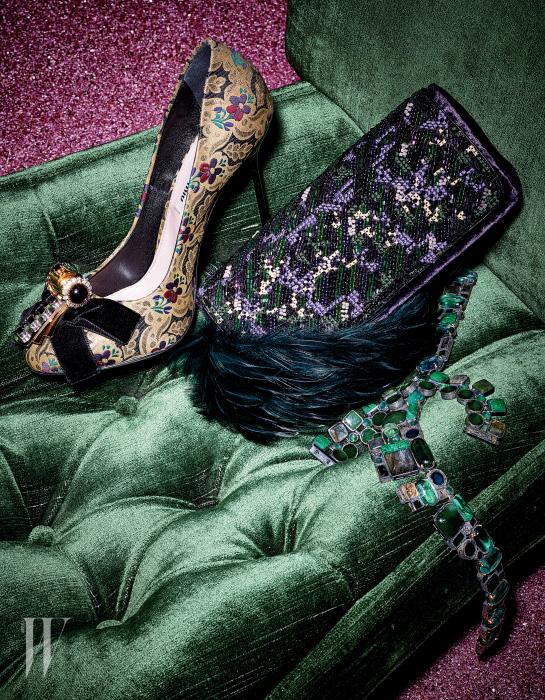 브로케이드 패턴이 화려한 하이힐 펌프스는 Miu Miu, 정교한 비즈와 자수 장식의 보라색 벨벳 클러치와 깃털 장식 초커는 Dries van Noten, 신비로운 초록빛의 원석 목걸이는 Bottega Veneta 제품.