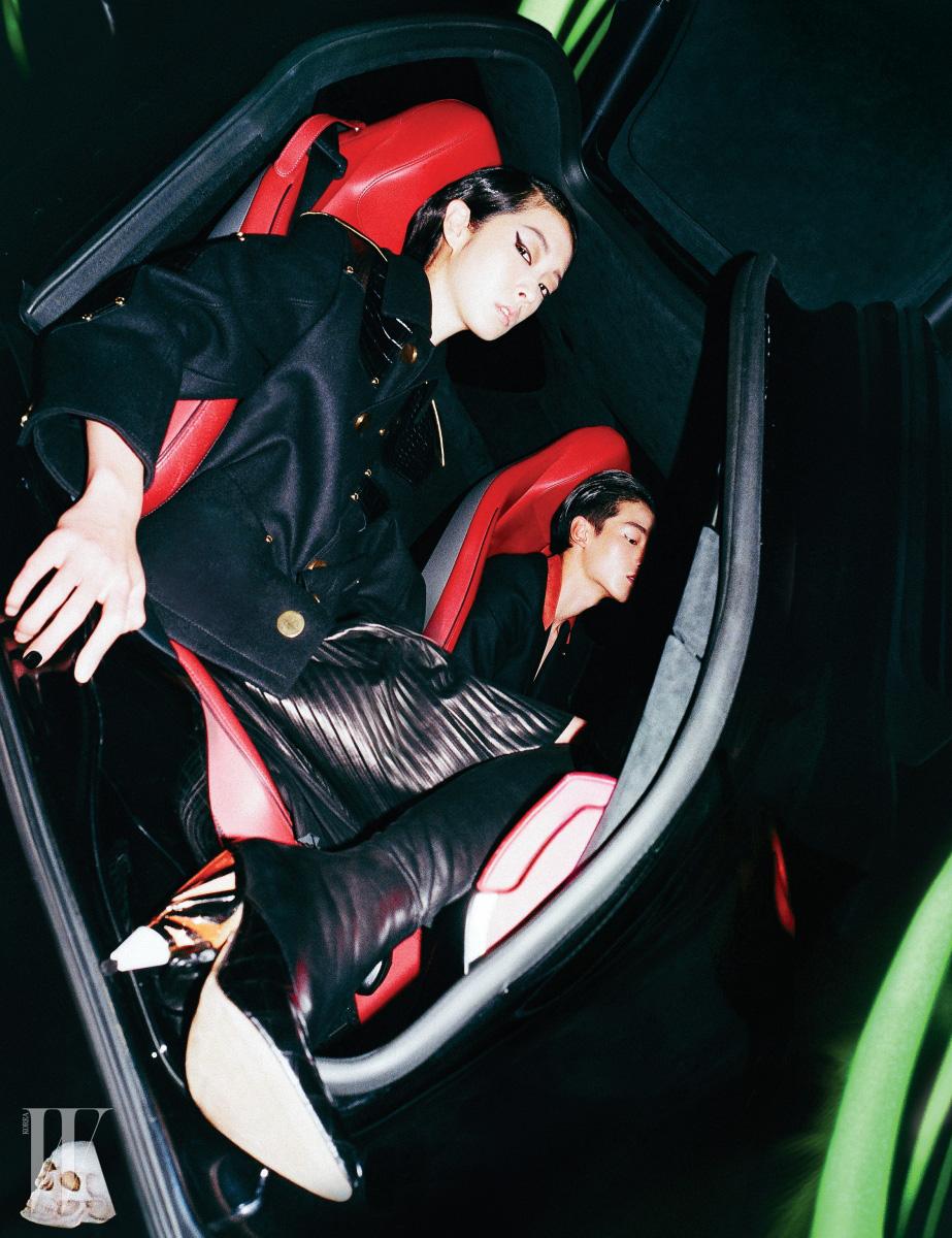 강소영이 입은 검정 가죽 파이핑 장식의 재킷과 주름 스커트, 메탈릭한 굽이 특징인 가죽 부츠, 주어진이 입은 빨강 라펠 장식의 검정 슈트는 모두 Givenchy by Riccardo Tisci 제품.
