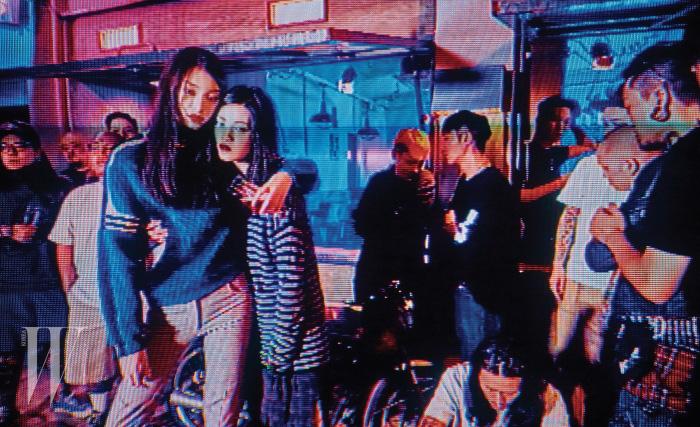 김설희가 입은 푸른색 앙고라 스웨터와 회색 바지는 Louis Vuitton, 서유진이 입은 줄무늬 톱과 체크무늬 원피스는 Marc Jacobs 제품.