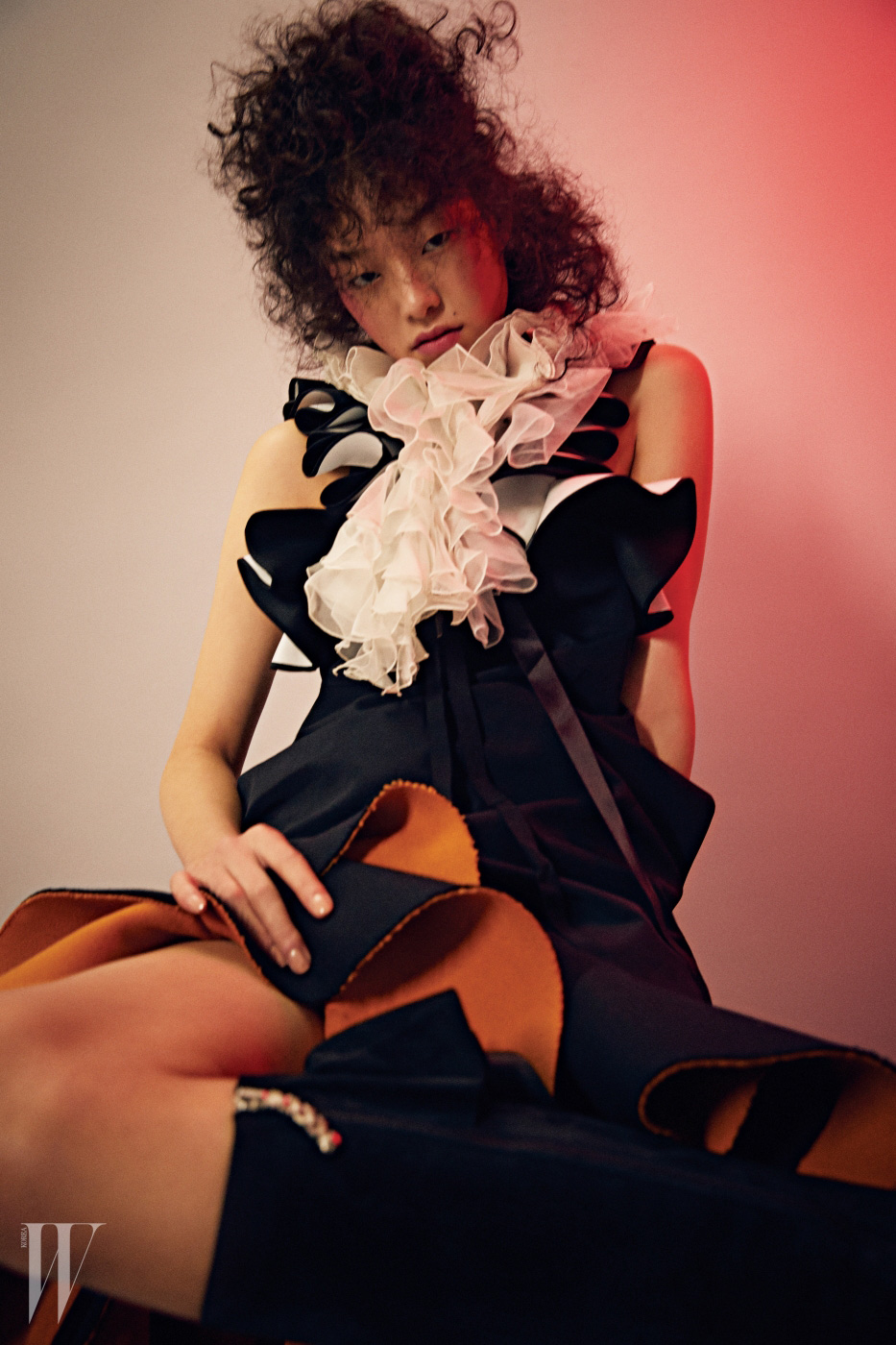 가슴에 러플 장식이 있는 검정 드레스는 Victoria Victoria Beckham by shopbop.com, 러플이 달린 목 장식은 Ralph Lauren Collection, 밑단에 러플이 달린 스커트는 Lucky Chouette, 스웨이드 부츠는 J.W. Anderson by myteresa.com 제품.