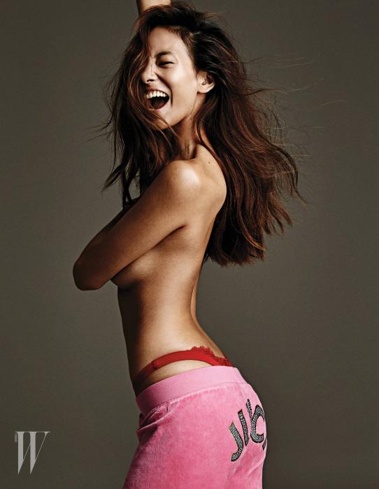 엉덩이의 주얼 로고 장식이 돋보이는 벨벳 트랙 팬츠는 Jucy Couture 제품.