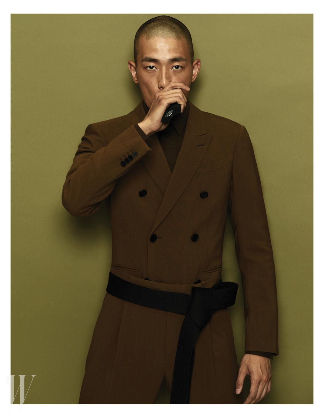 밀리터리 유니폼 스타일의 재킷과 셔츠, 팬츠는 모두 Balenciaga 제품.