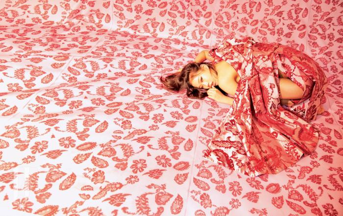 고풍스러운 번아웃 벨벳 무늬가 눈에 띄는 코트 드레스는 Dior 제품.