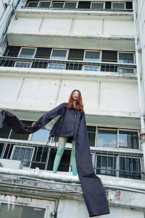 성인의 키를 넘기고도 남을 만한 긴소매 검정 재킷은 Ports 1961 제품.