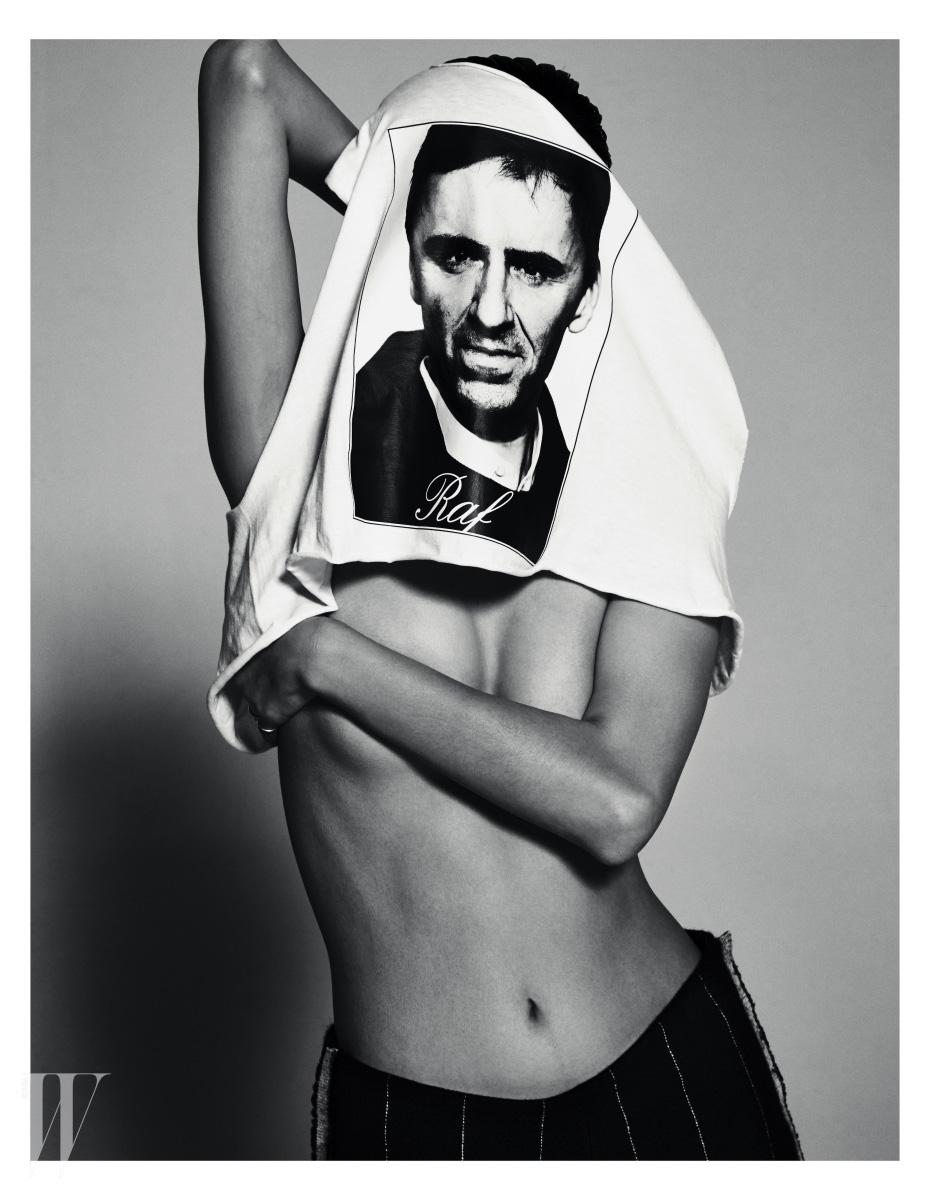 미끈한 검은색 팬츠는 Calvin Klein Collection, 시몬스의 얼굴이 프린트된 티셔츠는 에디터 소장품.