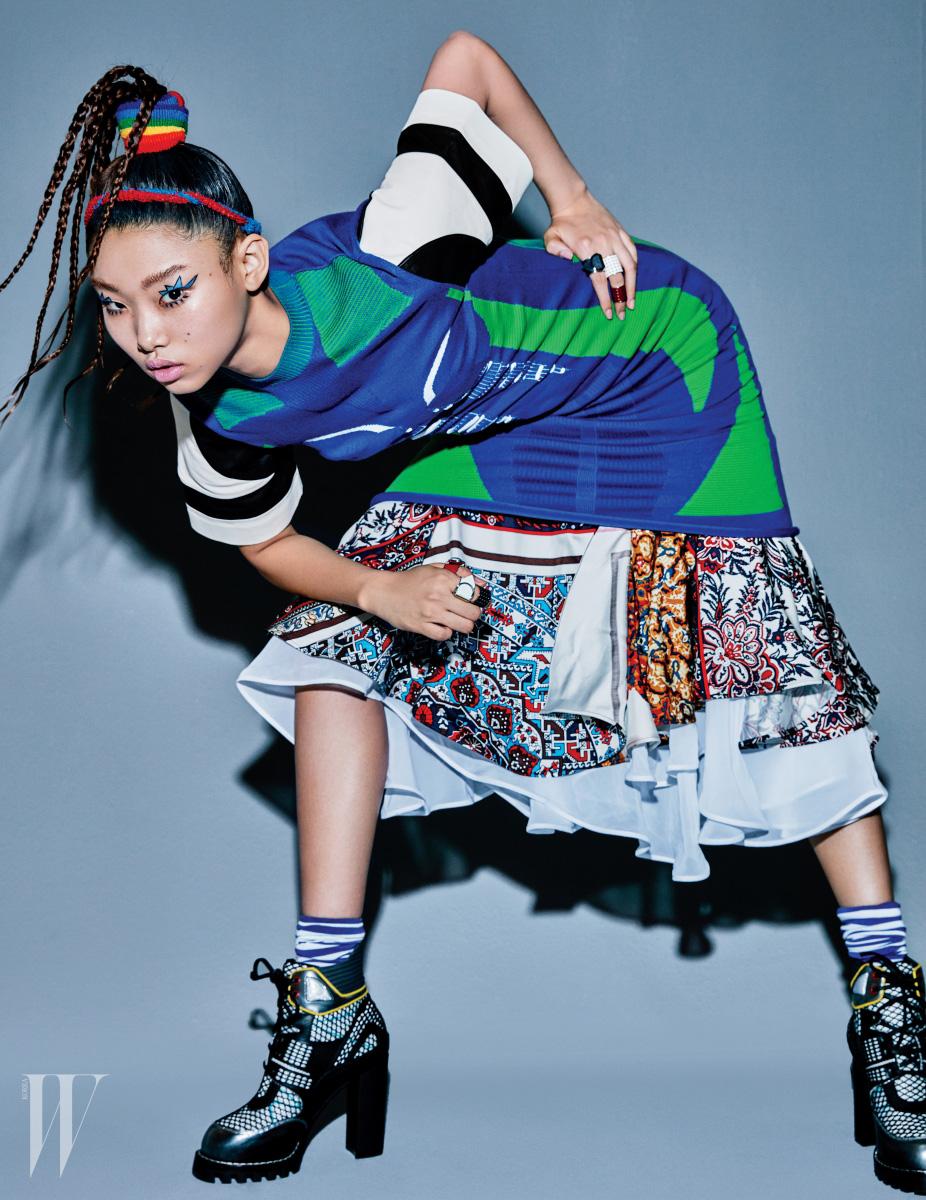 드레스, 스커트, 부츠, 반지들은 모두 Louis Vuitton 제품.