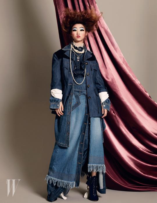 재킷, 가장 안에 겹쳐 입은 롱스커트, 부츠는 모두 Miu Miu 제품, 러플 장식 셔츠는 Stella McCartney, 롱 데님 셔츠는 Moschino, 단추를 풀어 겹쳐 입은 스커트는 Lucky Chouette, 꽃 모양 주얼 장식 펜던트가 달린 진주 목걸이는 Vintage Hollywood 제품.