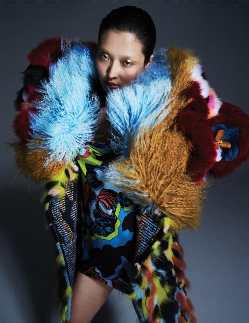 가장 바깥의 버건디 퍼 재킷은 Fendi, 중간에 입은 하늘색과 벽돌색 컬러 블록의 몽골리안 퍼 재킷은 Sakspotts by 10 Corso Como, 멀티 컬러 퍼 코트와 미니 드레스는 Versace 제품.