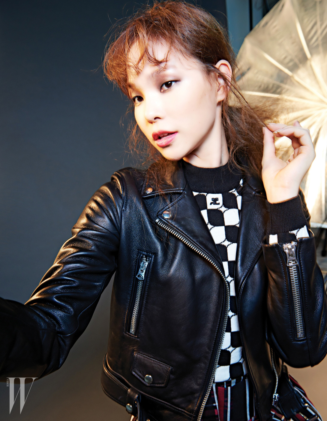 재킷은 아크네 제품. 2백19만원. 그래픽 무늬 니트 톱은 커리지 바이 분더샵 제품. 가격 미정.