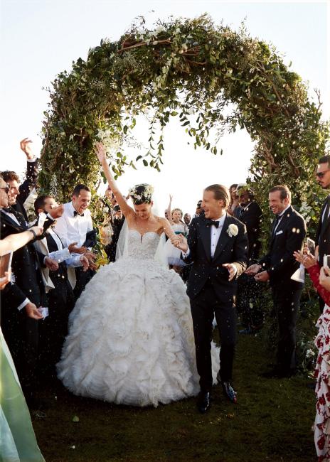 우린 방금 결혼했어요! 힘차게 행진하는 부부.