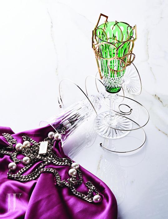 왼쪽부터   샴페인 잔에서 쏟아져 나온 진주 장식 체인 목걸이, 스프링이 연상되는 팔찌들은 모두 먼데이 에디션 제품.  각각 18만원, 18만원, 15만원. 초록색 샴페인 잔에 걸린 건축적이고 기하학적인 이어커프는 모두 김미혜 제품. 가격 미정.