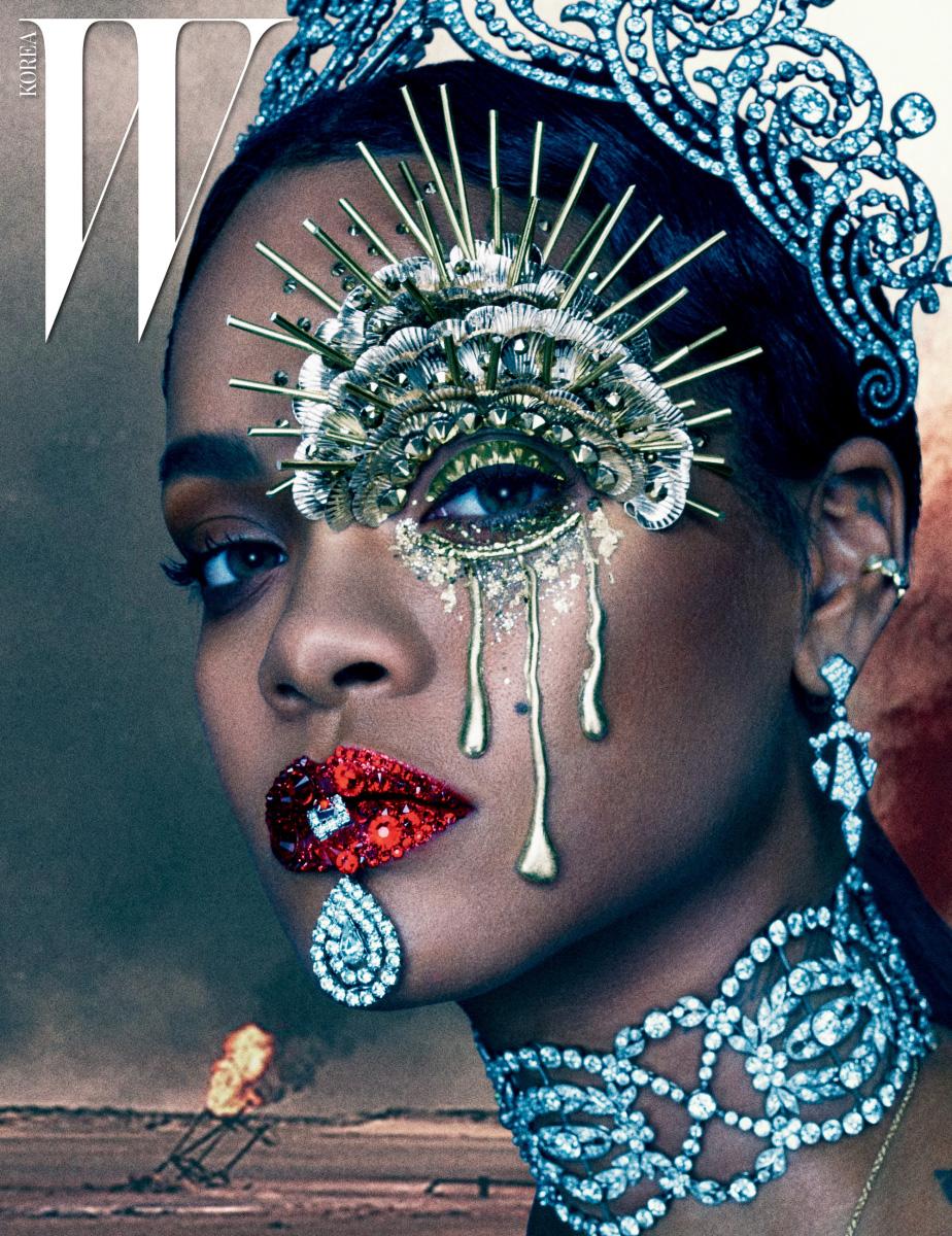 다이아몬드를 세팅한 티아라와 목걸이,  귀고리는 Cartier, 커프형 귀고리는  리한나 소장품.