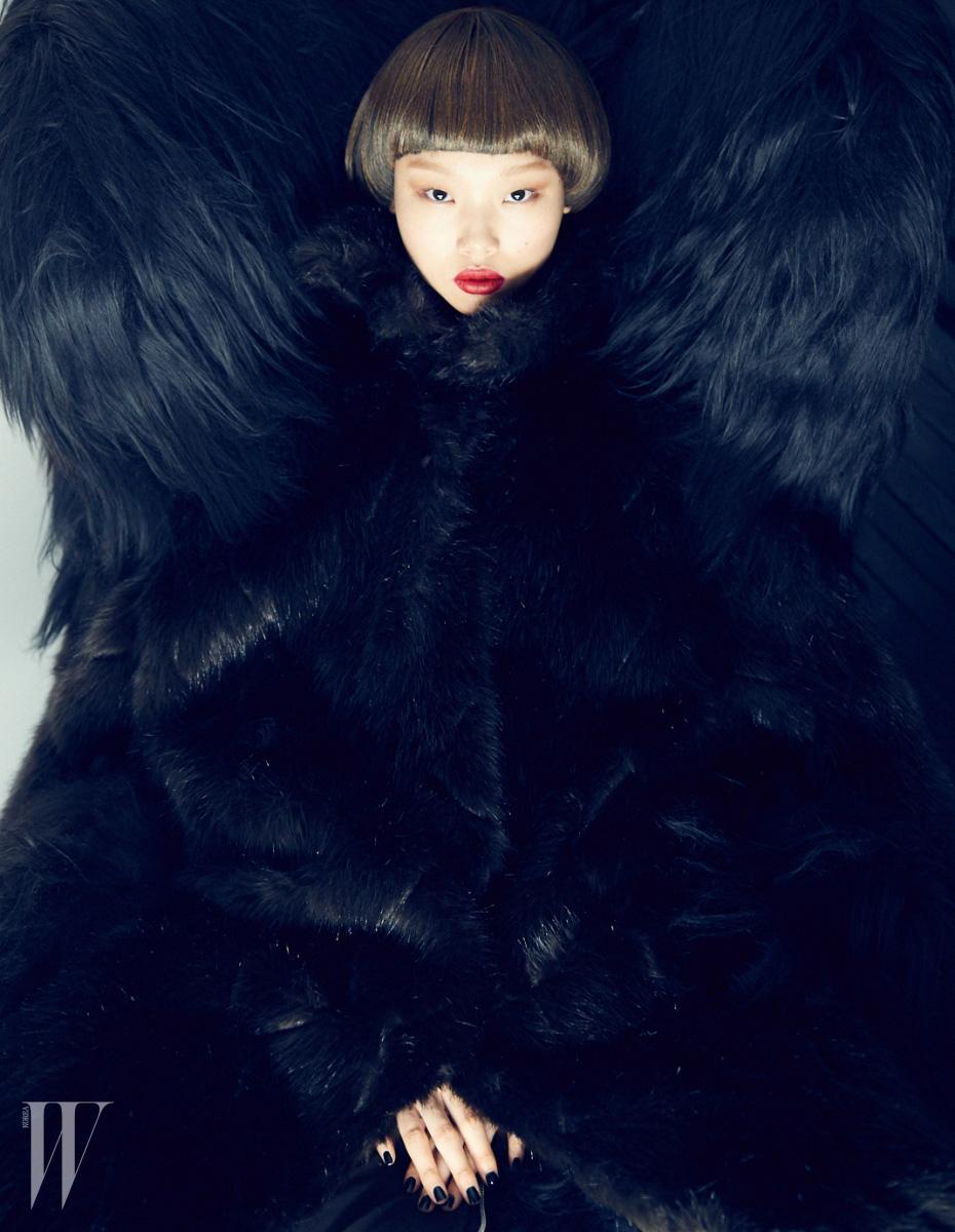 [ FURRY WINGBACK ]  큼직한 검은색 퍼 코트는 87mm 제품.