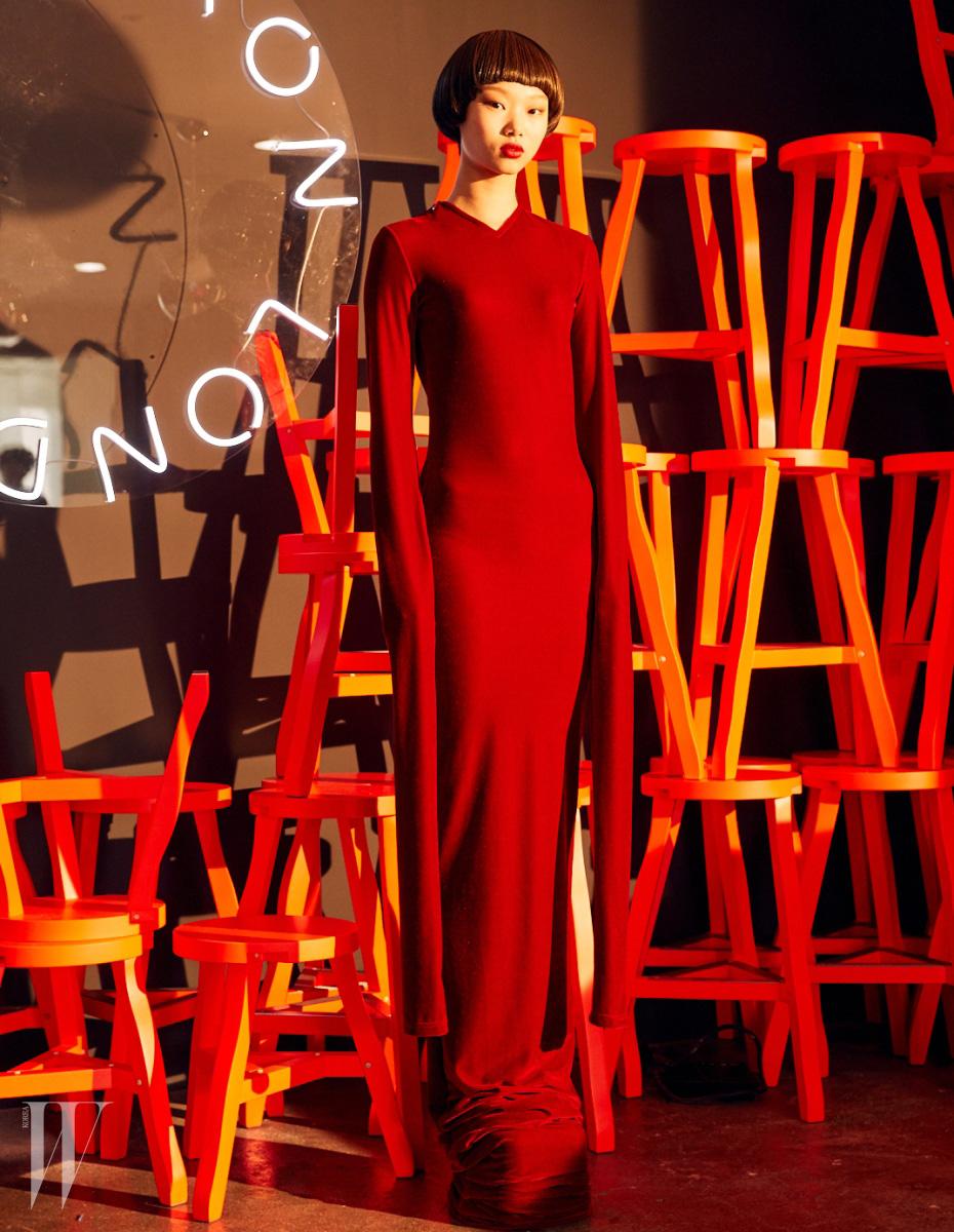 POLYSTYRENE CHAIR EPS CHAIR, PLANE TABLE LIGHTING CU29 CHAIR 바닥에 닿을 듯이 끌리는  긴 소매와 드라마틱하게 긴 밑단이 특징인 벨벳 소재 드레스는 Y/Project by 10 Corso Como 제품.