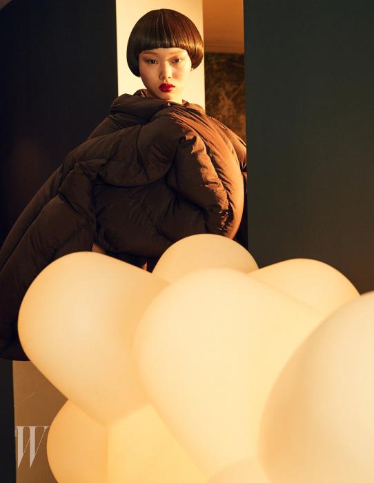 [ 20 PART ALUMINUM JACK PROTOTYPE ]  특유의 부피감을 살려  독특한 모양새를 만든  패딩 재킷은 Rick Owens 제품.