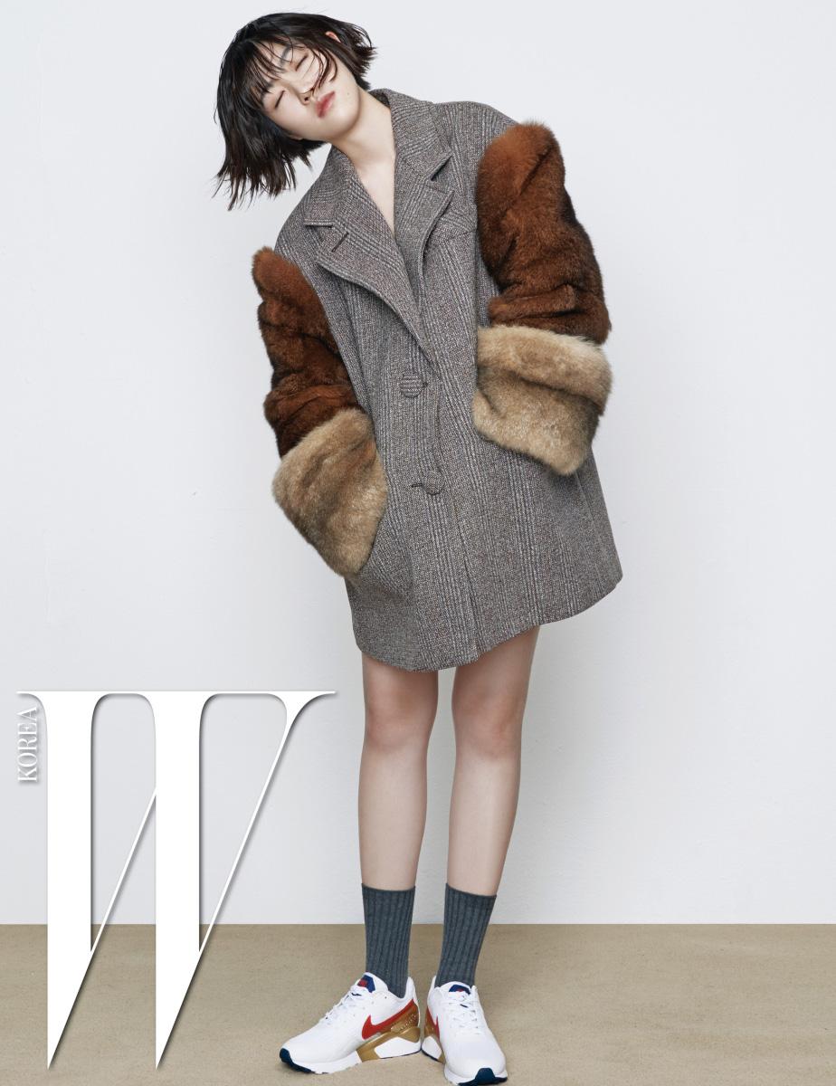 풍성한 퍼 장식의 코트는 프라다, 스니커즈는 나이키 제품.
