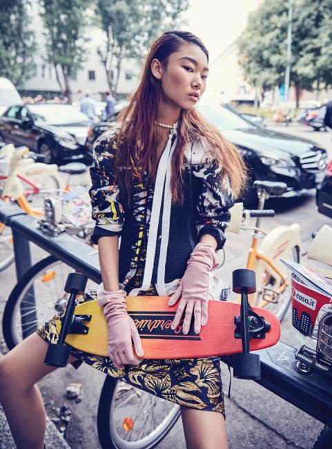 재킷, 셔츠, 스커트는 모두 Prada, 검정 뷔스티에는 La Perla, 진주 목걸이는 Miu Miu 제품.