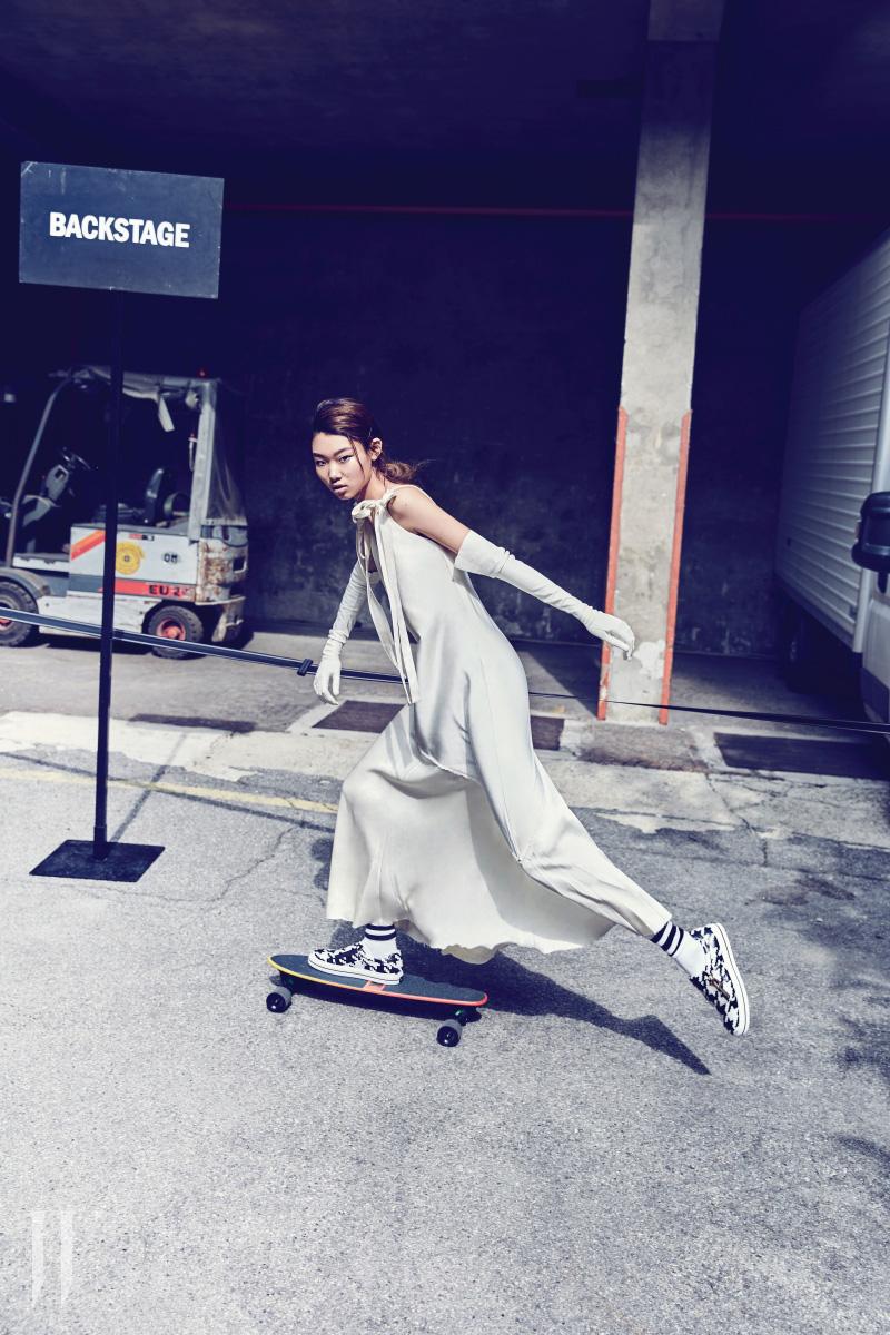 리본 끈 장식 슬립 드레스는 Sportmax, 슬립온은 Roger Vivier 제품.