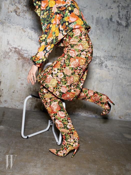 꽃무늬 실크 블라우스, 브로케이드 소재 스커트와 사이하이 부츠는 모두 뎀나 바잘리아가 진두지휘한 발렌시아가의 첫 여성복 컬렉션 제품.