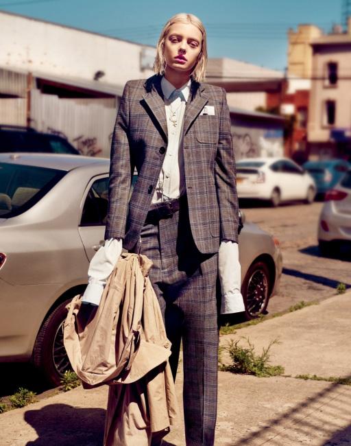 구조적인 재킷과 셔츠, 트렌치코트, 벨트, 부츠는 모두 Vetements, 긴 목걸이는 Hermes 제품. 짧은 목걸이는 본인 소장품.