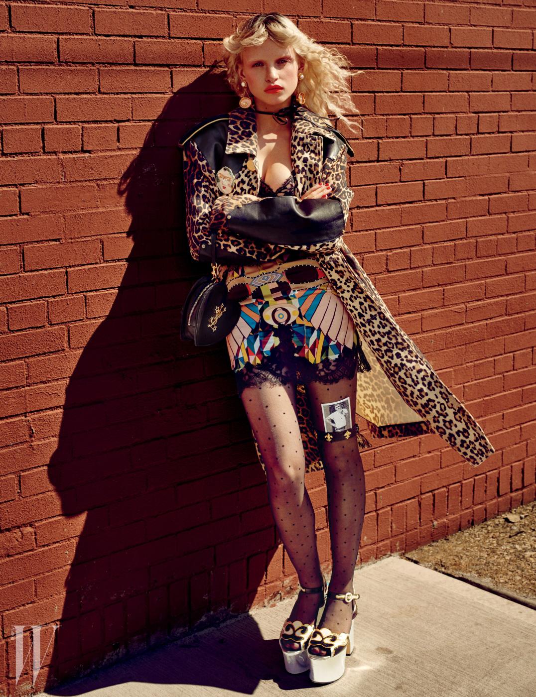 코트와 드레스는 Givenchy by Riccardo Tisci, 핀과 귀고리는 Sonia Boyajian, 리본은 Mokuba, 반지는 Fox & Bond, 가방은 Saint Laurent, 타이츠는 Wolford, 가터벨트는 Snappy Garters, 웨지힐은 Gucci 제품.