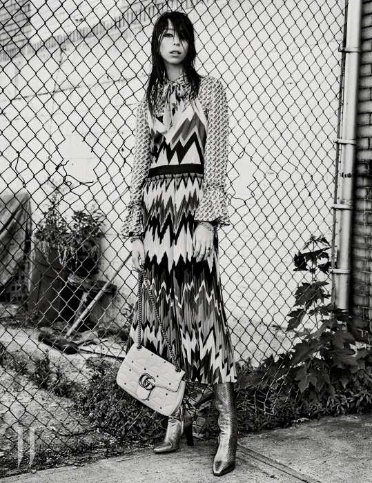 드레스와 셔츠는 Salvatore Ferragamo, 스카프는 Rockins London, 팔찌는 Tiffany & Co., 반지는 Bulgari, 가방은 Gucci, 부츠는 Saint Laurent 제품.