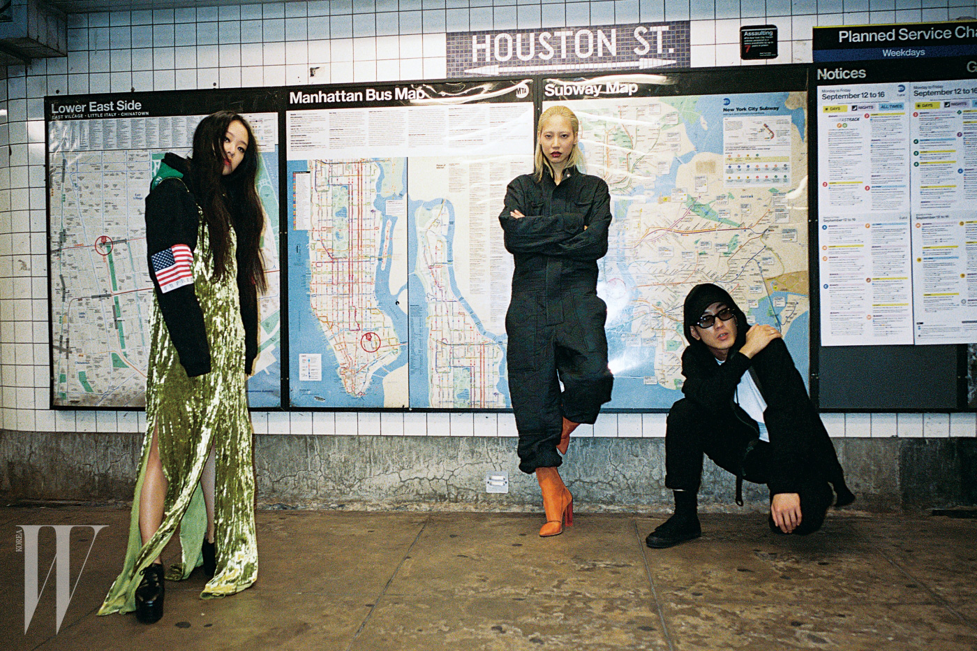 크리스티나가 입은 벨벳 소재 롱 드레스는 KYE, 슈즈는 Junya Watanabe 제품, 국기가 패치워크된 후드는 본인 소장품.