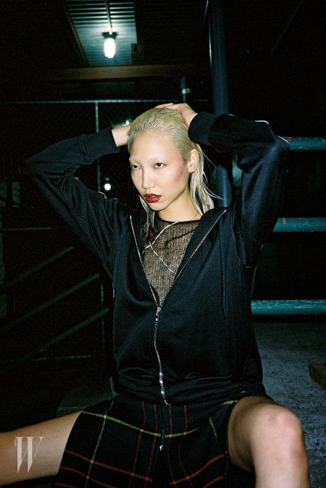 스포티한 검은색 후드 집업과 안에 입은 시스루 니트, 체크 패턴 슬릿 스커트는 모두 Rag&Bone 제품.